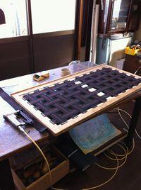 27+ベンチソファの座枠にウェービングテープを張ります.jpg
